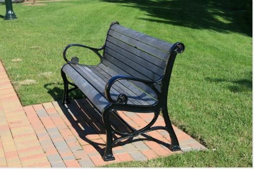 Quelques tables et chaises pour lire, écrire, rêver